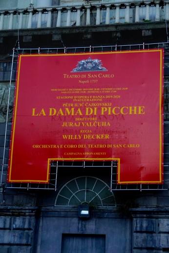 """Afisz do """"Damy Pikowej"""" na fasadzie Teatro di San Carlo"""